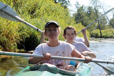дети в походе по реке